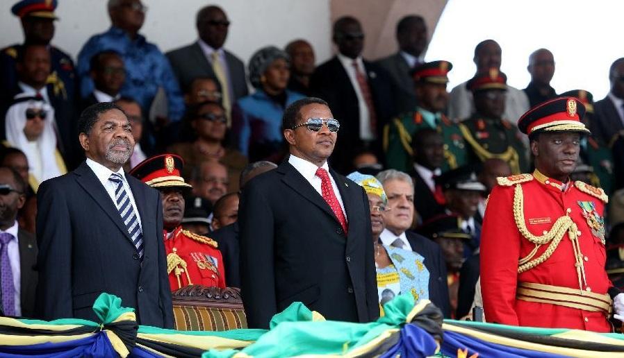 President Jakaya Kikwete and Zanzibari president Ali Mohamed Shein at celebrations of the 50th anniversary of the Union in Dar Es Salaam. April 26, 2014. (Xinhua/Zhang Ping)